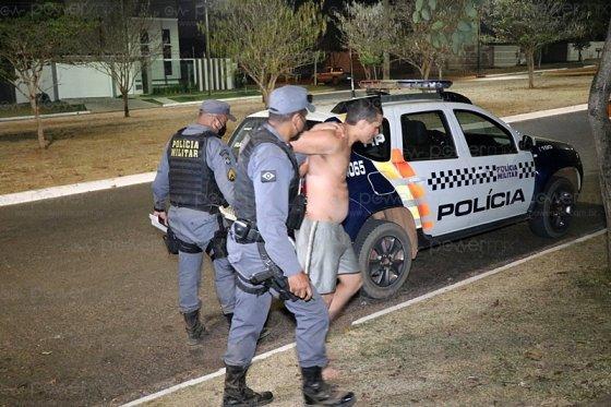 funcionário preso pela PM após destruir fazenda com pá carregadeira